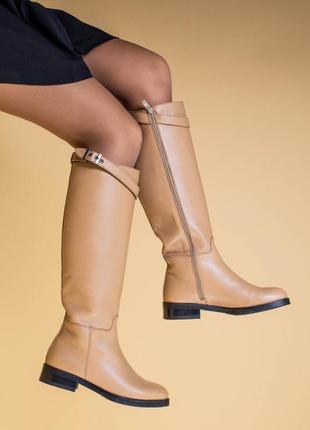 Сапоги женские кожаные песочного цвета с ремешком, без каблука, зимние