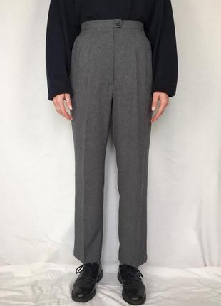 Ідеальні сірі брюки зі стрілкою