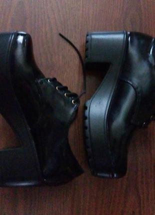 Туфли черные лаковые на широкой подошве him&me