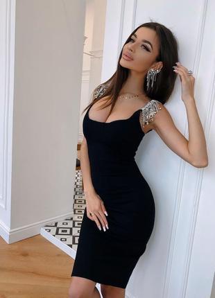 Черное платье с украшением