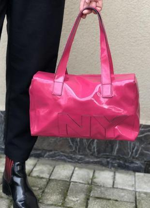 Яркая лаковая розовая сумка dkny