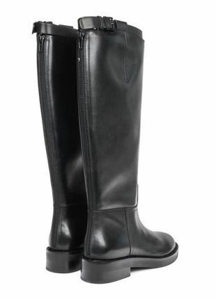 Черные кожаные высокие сапоги деми низкий каблук с чокером ремешком на голени
