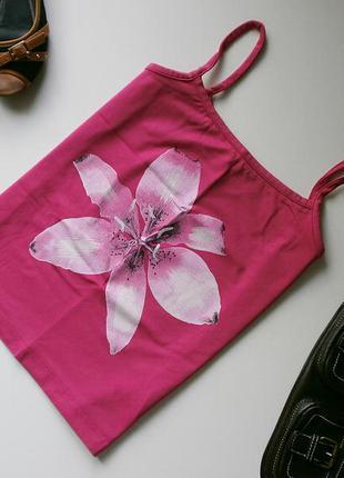 Мягенькая маечка малинового цвета с принтом лилии - kappahl
