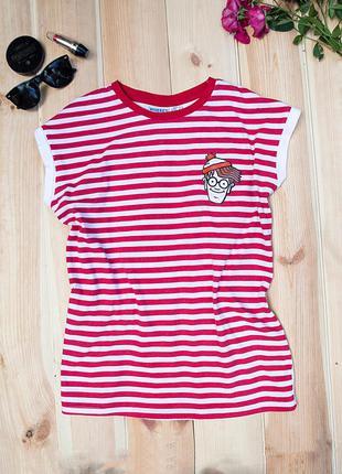 Полосатая красная футболка с веселым принтом