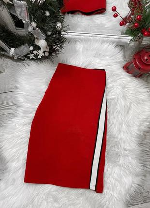 Плотная красная юбка с лампасом