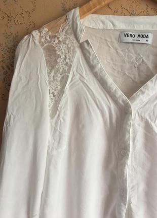 Белая рубашка со вставкой кружева