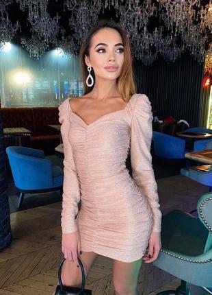 Мерцающее облегающее мини платье с драпировкой и открытой зоной декольте