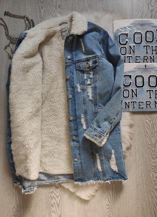 Голубая длинная джинсовая куртка с белым мехом внутри шерпа теплая зимняя
