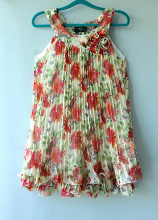 Очаровательное платье плиссе с цветочным принтом.
