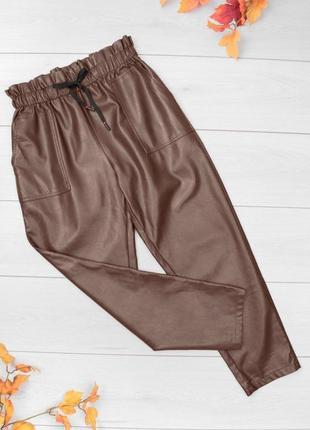 Стильные коричневые кожаные штаны брюки из эко-кожи