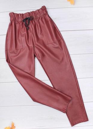 Стильные бордовые эко кажаные штаны брюки на резинке