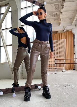 Кожаные брюки с пряжкой