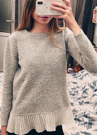 Серый свитер букле с плиссе