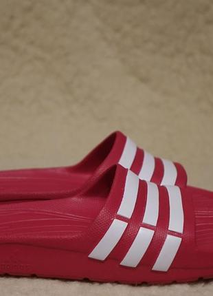 Легкие фирменные шлепанцы - сланцы цвета фуксии adidas duramo slide 35 р( 22,5 см.)