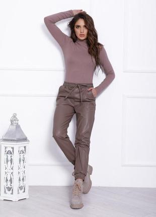 Бежевые кожаные свободные брюки-джоггеры