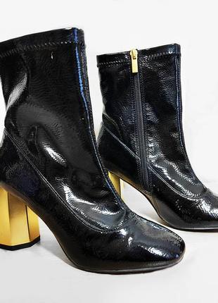 Черные лаковые ботильоны с модным золотым каблуком primark