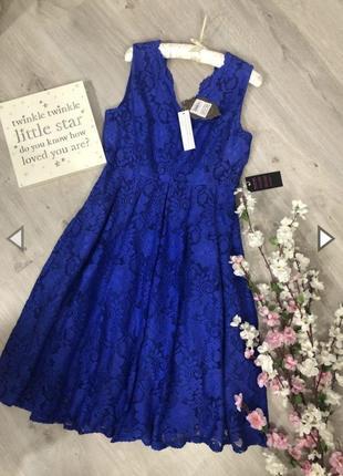 Очень красивое кружевное платье с вырезом.