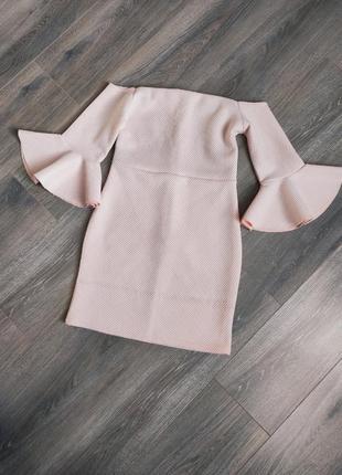 Нежное пудровое платье без плеч с воланами коктельное