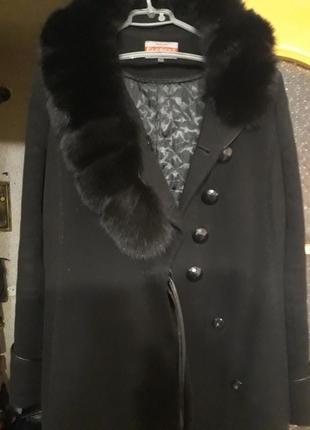 Элегантное черное зимнее пальто