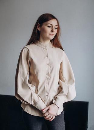 Рубашка с объёмными рукавами.