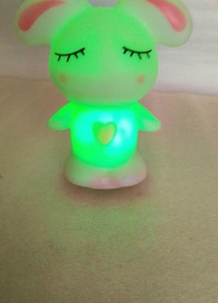 Светодиодная лампа ( ночник) *кролик* автоматически меняет 7 цветов.