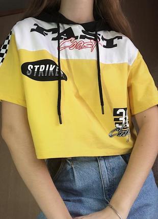 Укороченная футболка с капюшоном