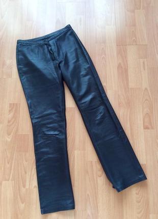 Стильные трендовые кожаные брюки. италия