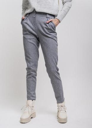 Теплые женские брюки со стрелками серые в елочку