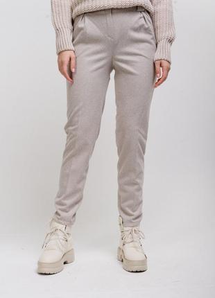 Теплые женские брюки со стрелками светло-бежевые в елочку
