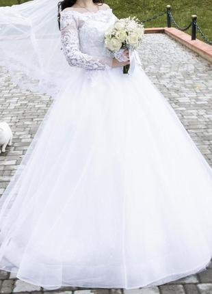 Свадебное платье фата кружево блестящее пышное длинное  с открытыми плечами