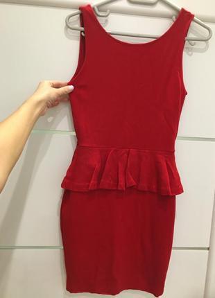 Красное платье с красивой спинкой xs