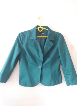 Жакет-пиджак бутылочного цвета.
