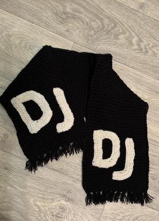 Тёплый шарф с вязаной нашивкой