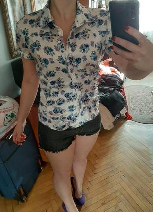 Белая атласная блузка с цветочным узором oggi