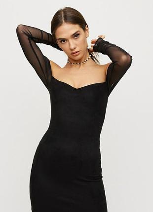 Короткое мини платье нарядное с открытыми плечами и декольте