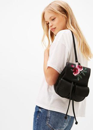 Casual мини рюкзак с вышивкой bershka