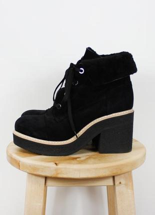 Черные замшевые зимние ботинки на толстой подошве