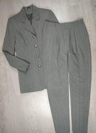 Стильный костюм в полоску с удлиненным пиджаком