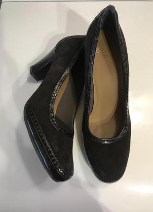 Мягкие замшевые туфли на устойчивом каблуке