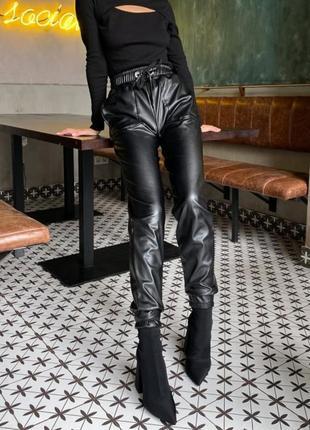 Теплые штаны из эко-кожи на флисе