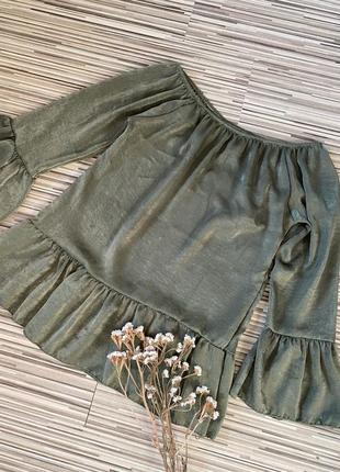 Блуза оливкового цвета с рюшами на плечи