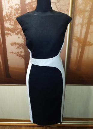 Платье-футляр льняное без рукавов.