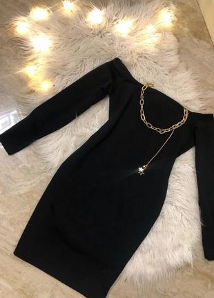 Платье чёрное с открытии плечами плечи открытые по фигуре  по