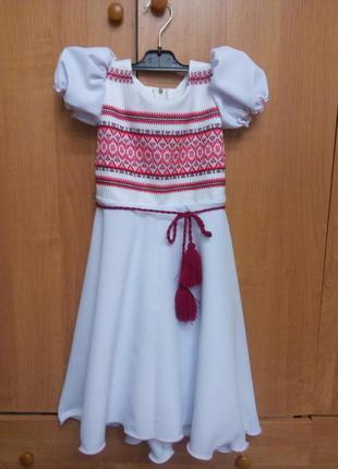 Детское белое платье в национальном стиле с короткими рукавами и поясом