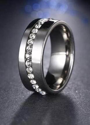 Стильное кольцо с кристаллами,