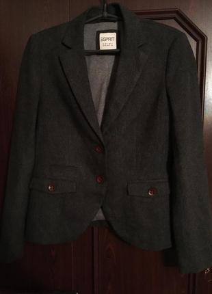 Серый шерстяной короткий графитовый пиджак в ёлочку офисный классический