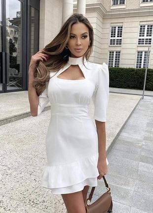 Эффектное мини платье с вырезом на груди и рюшами по низу