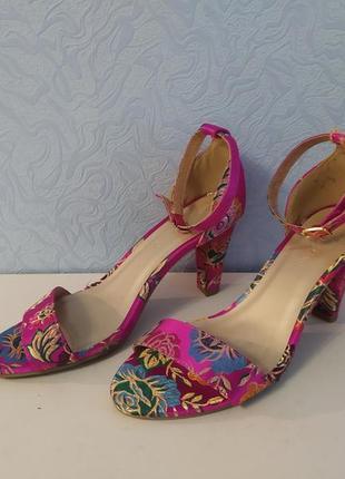 Яркие эффектные стильные босоножки сатин с вышивкой