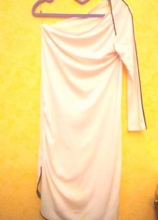 Платье для особых случаев. обнаженное плечико, драпировка на груди и на бедре.