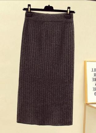 Трикотажная вязаная юбка карандаш средней длины миди в рубчик с разрезом